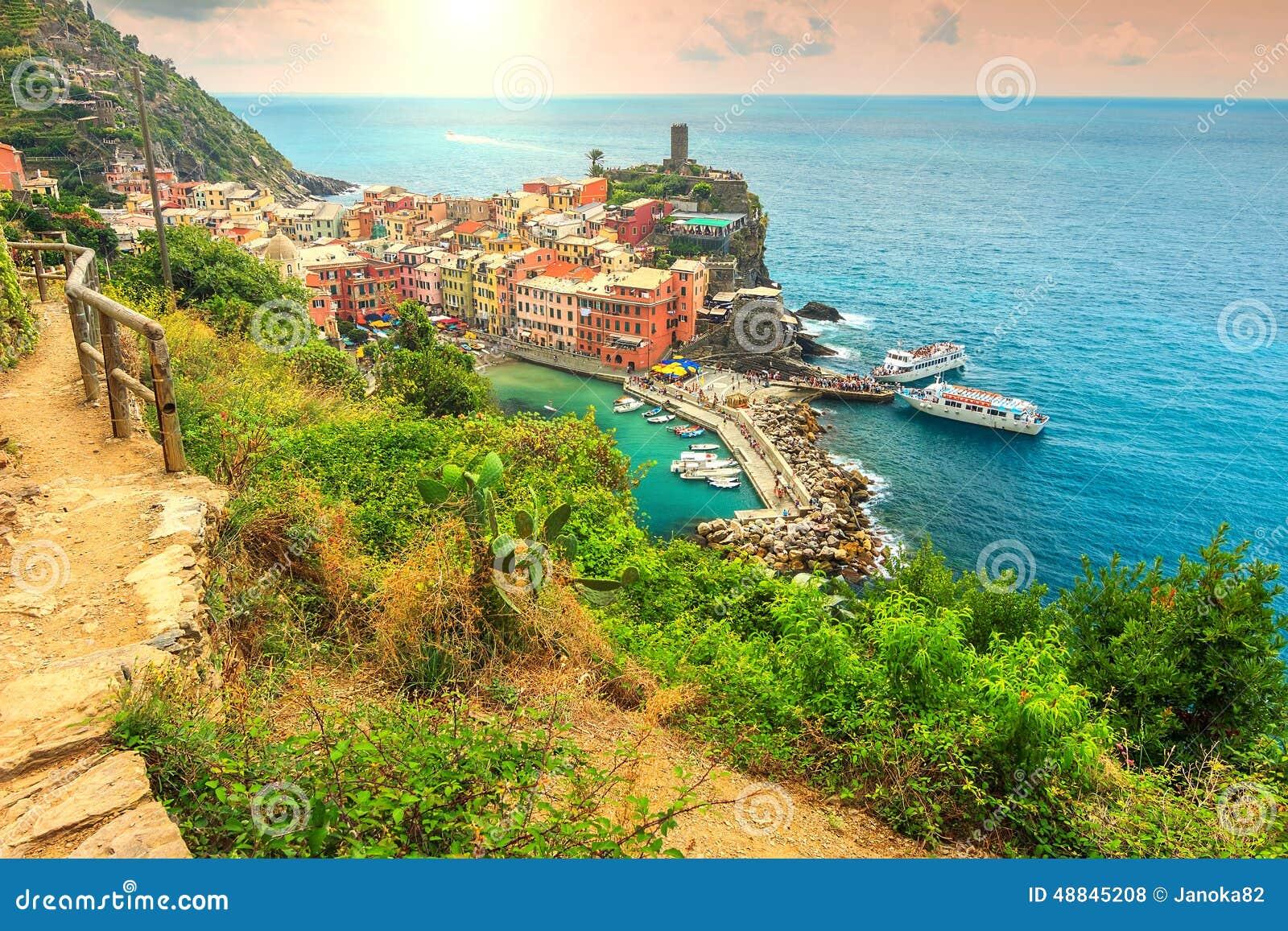 Деревня Vernazza и фантастический восход солнца, Cinque Terre, Италия, Европа