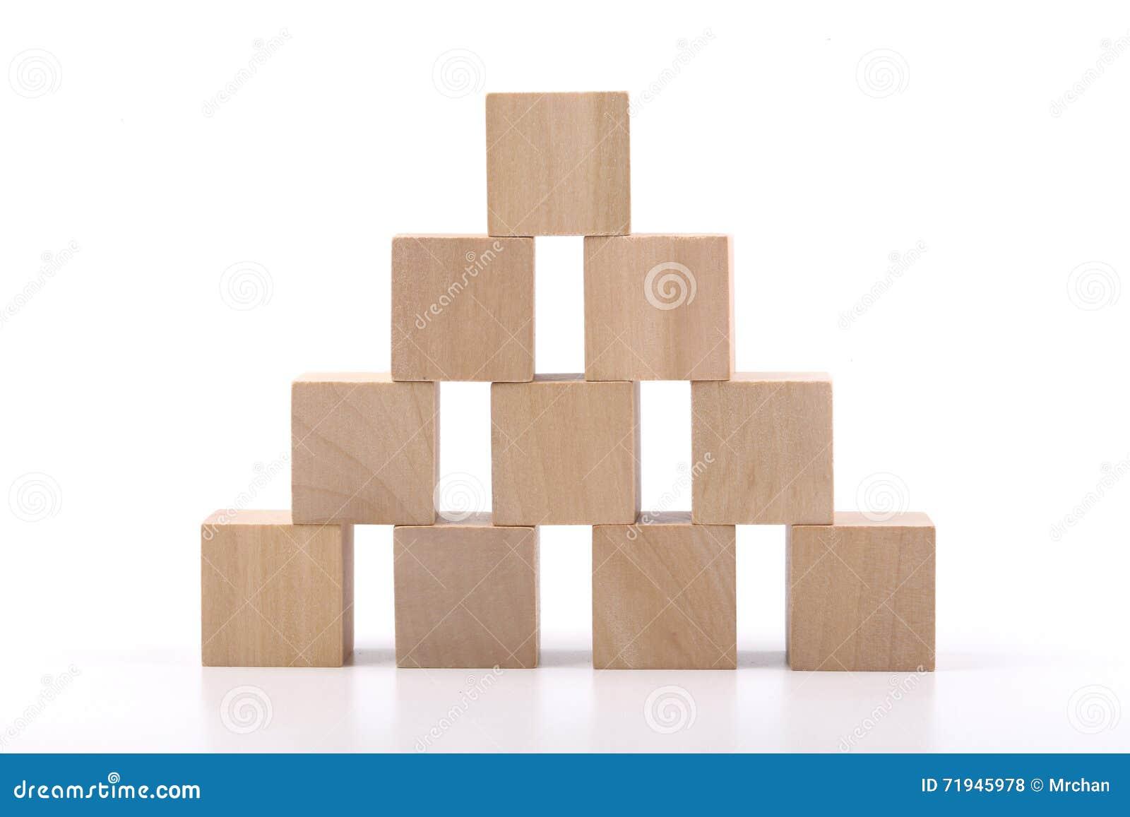 Деревянная башня блоков на белой предпосылке