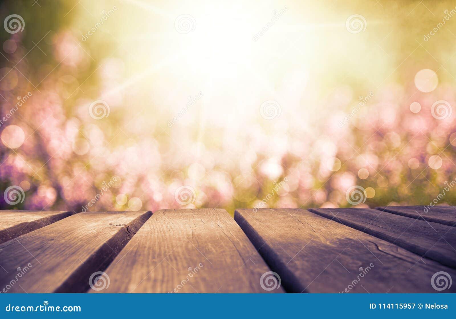Деревянная доска с полем цветка Эрики как предпосылка, рубиновый ретро фильтр