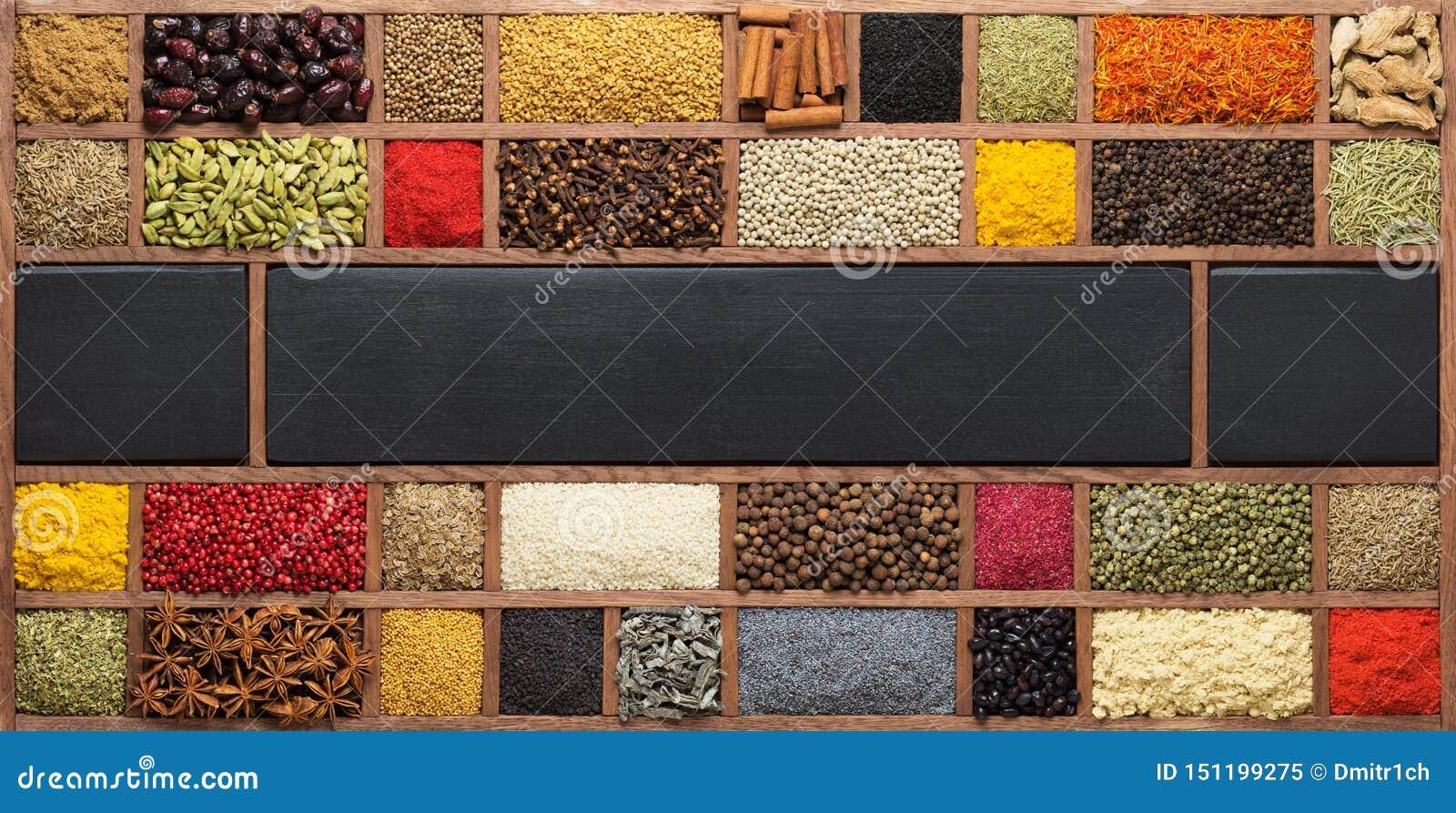 Деревянная коробка с индийскими специями и травами Приправы как предпосылка для упаковки с едой
