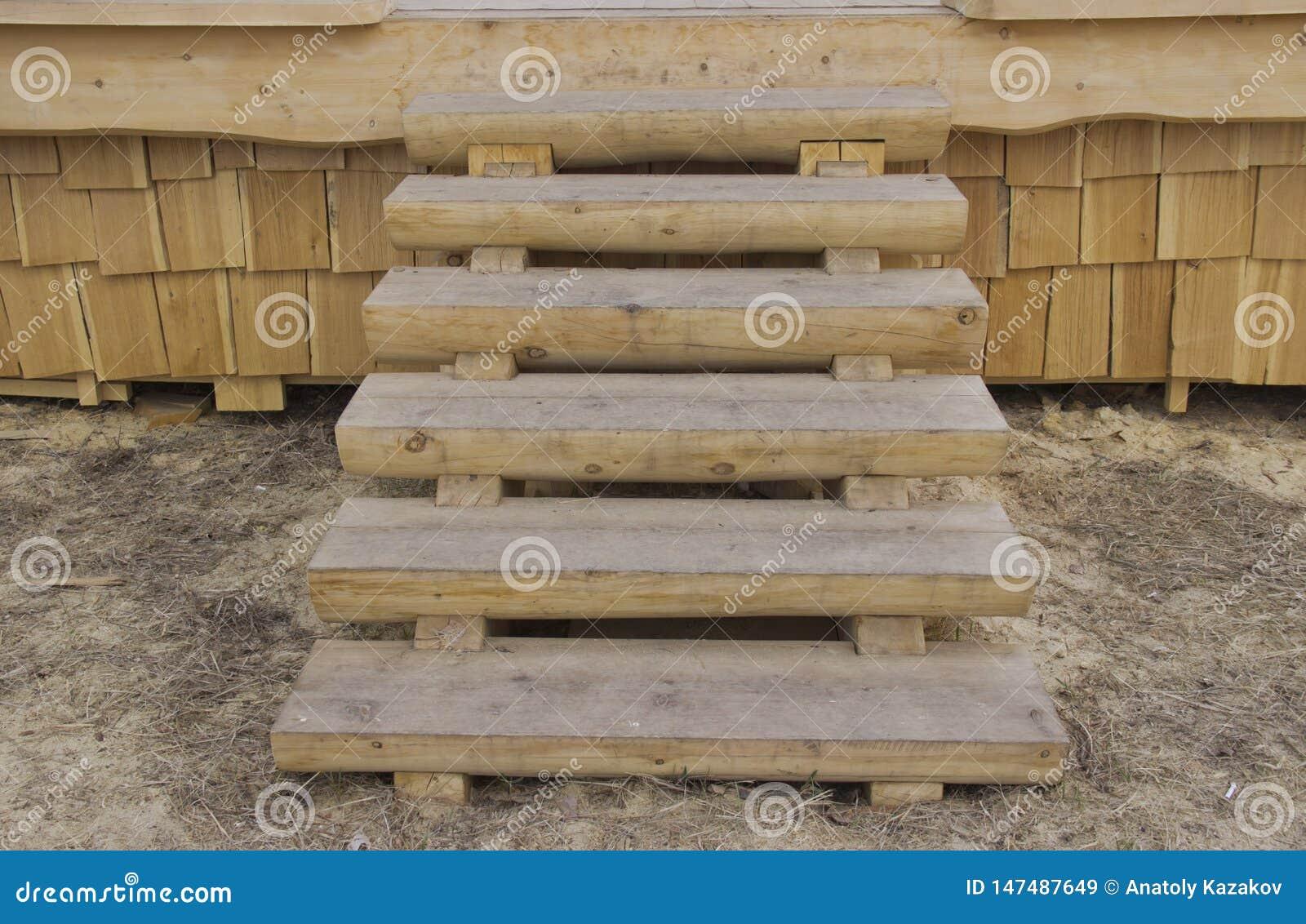 Деревянная лестница на крылечке