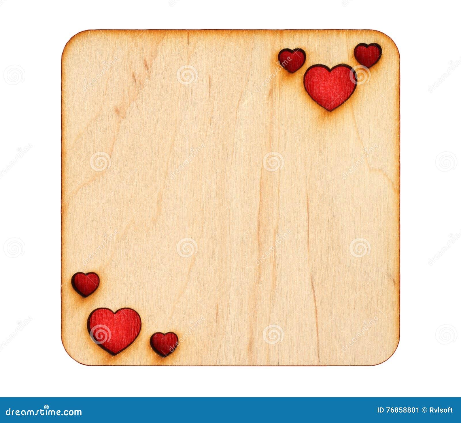 Деревянная поздравительная открытка с, который палят сердцами с красной бумагой внутрь