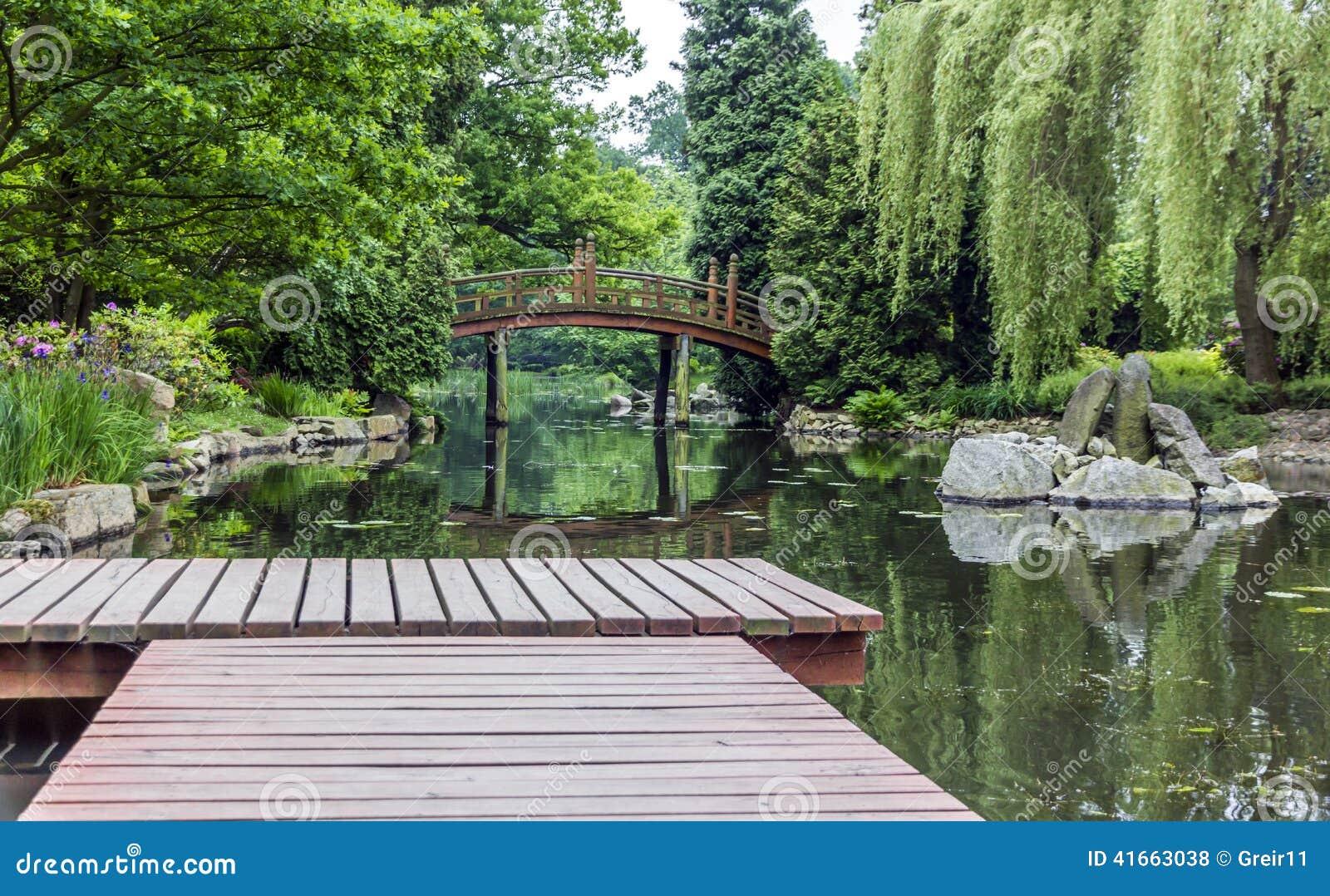 Деревянная пристань в японском саде