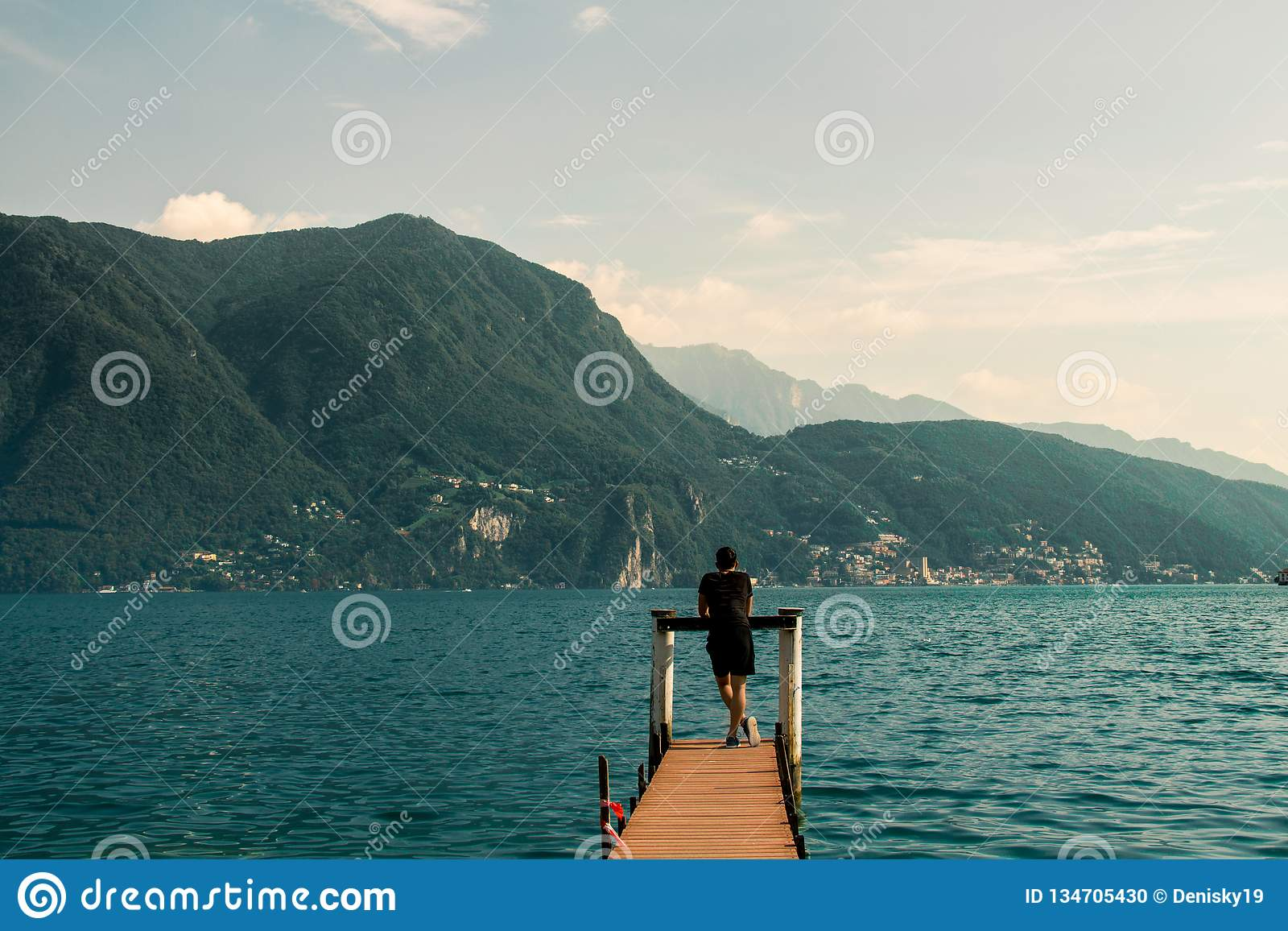 Деревянная пристань на озере в Лугано, Швейцарии