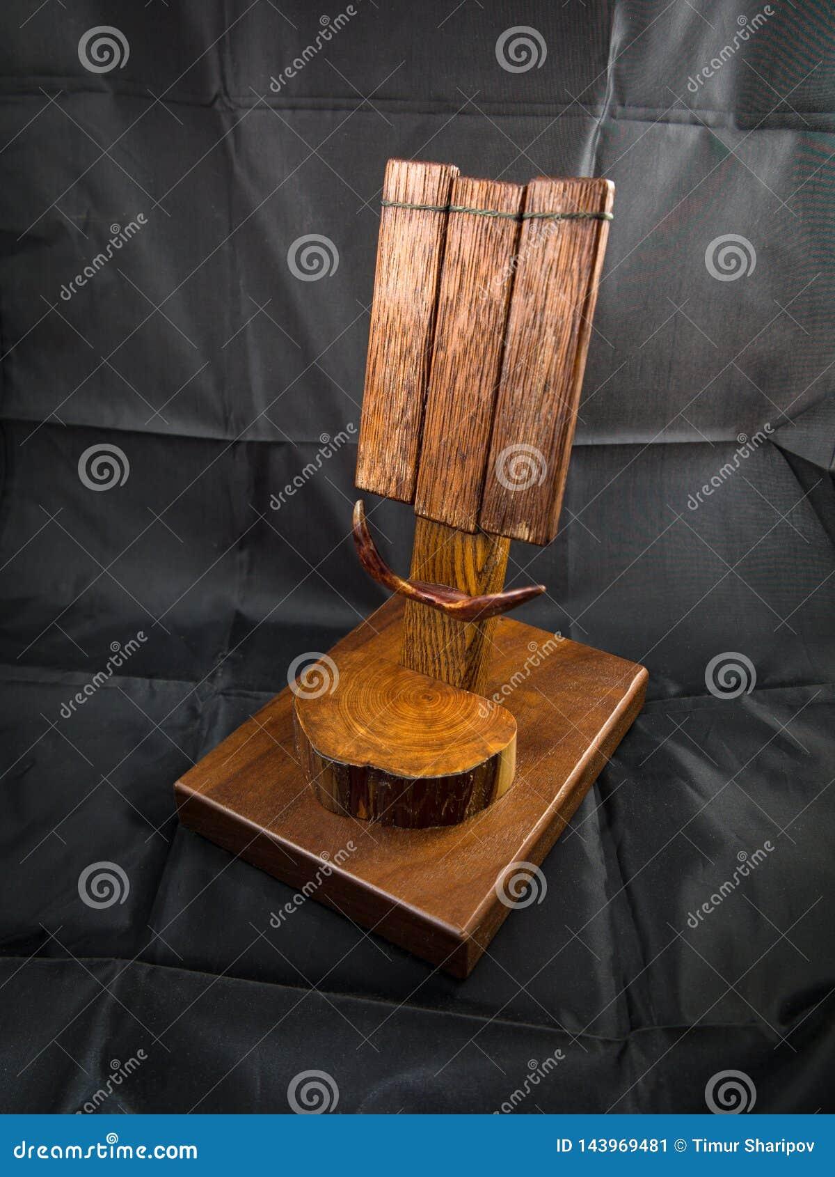Деревянная станция дока или стойка для клетчатого мобильного телефона