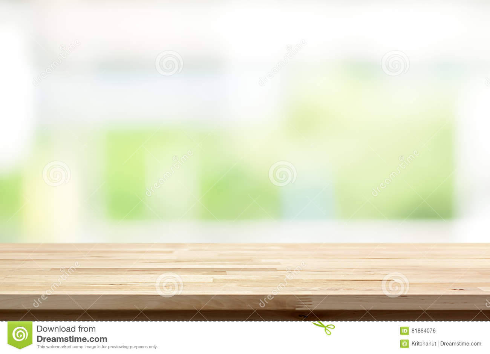 Деревянная столешница на предпосылке окна кухни нерезкости белой зеленой