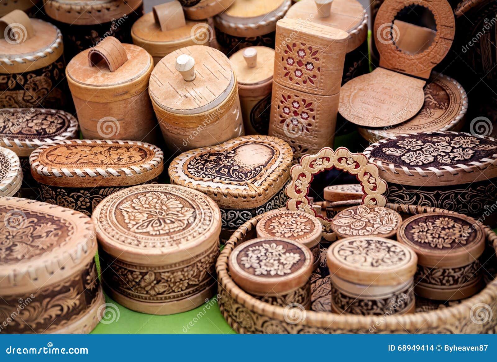 Деревянная утварь на рынке