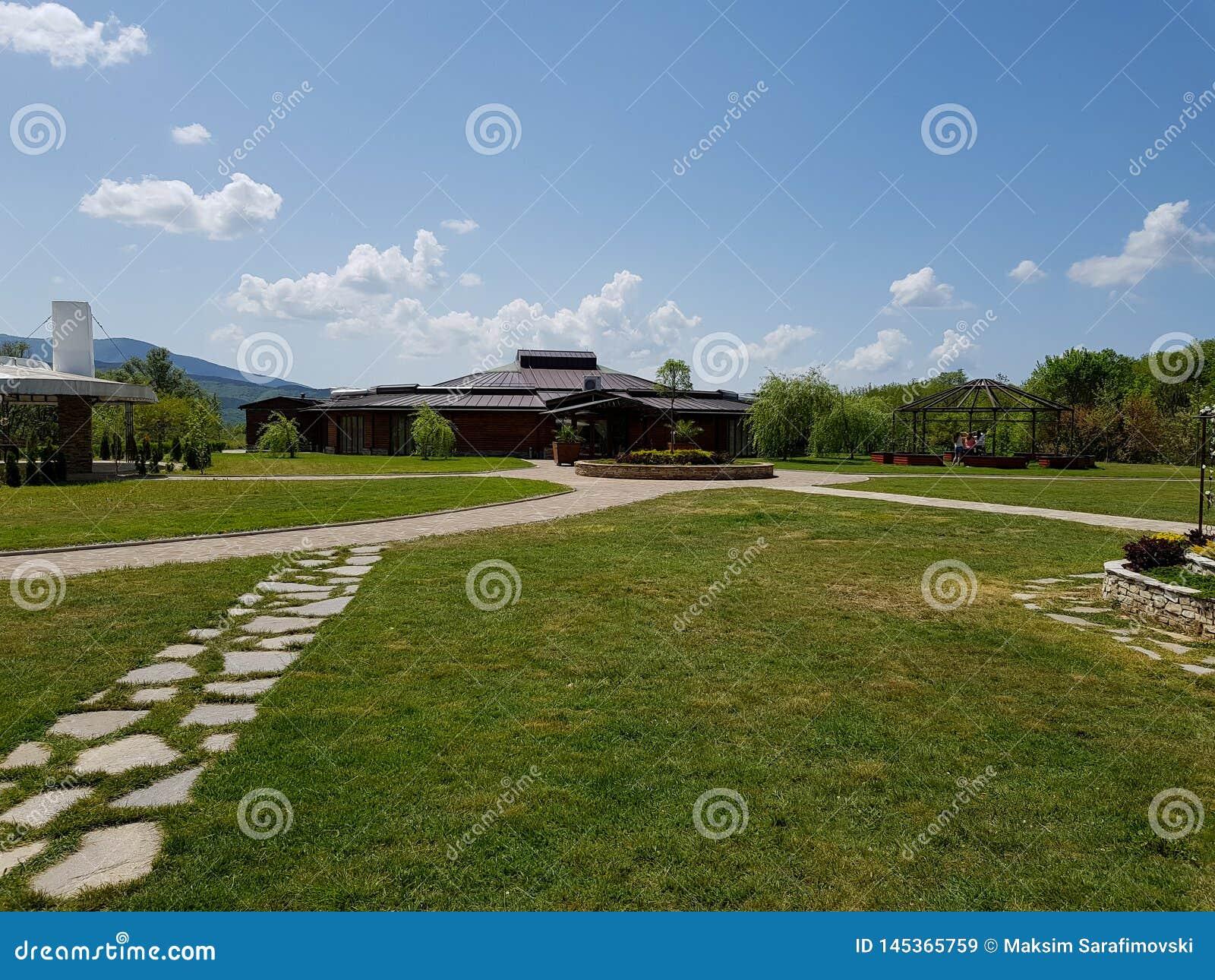 Деревянная церемония, ресторан свадьбы с травой и дороги сделанные камней