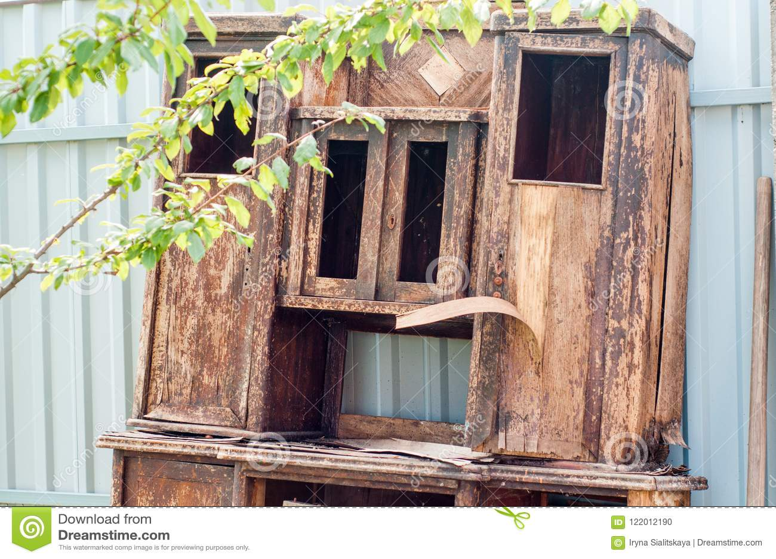 деревянное двери старое Треснутая треснутая краска окно было треснуто