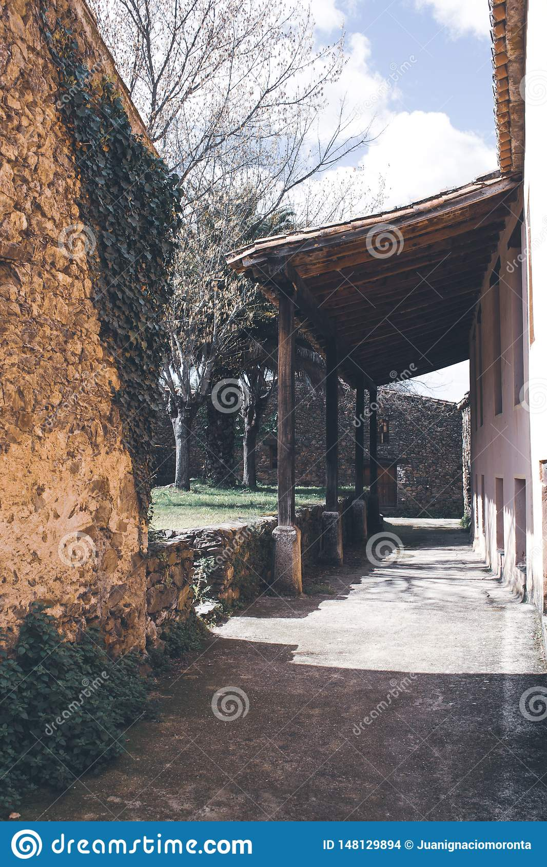 Деревянное крылечко в задворк старого дома
