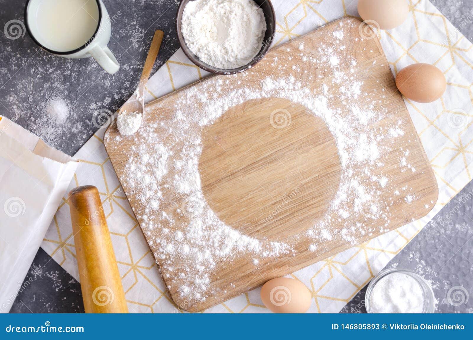 Деревянное припудривание разделочной доски с мукой для теста Пустое круглое пятно для текста на разделочной доске Кухонный стол и