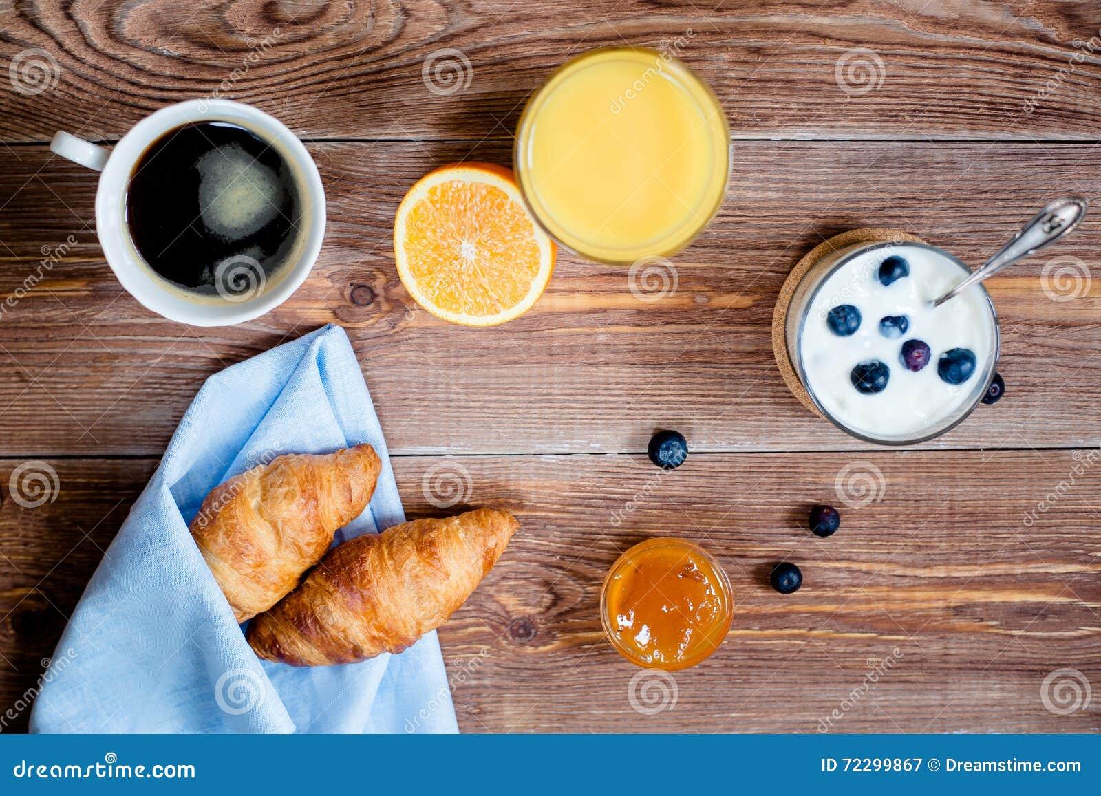 Download Деревянное Backgrond с элементами завтрака Верхнее Viev Стоковое Изображение - изображение насчитывающей деревенский, яркое: 72299867
