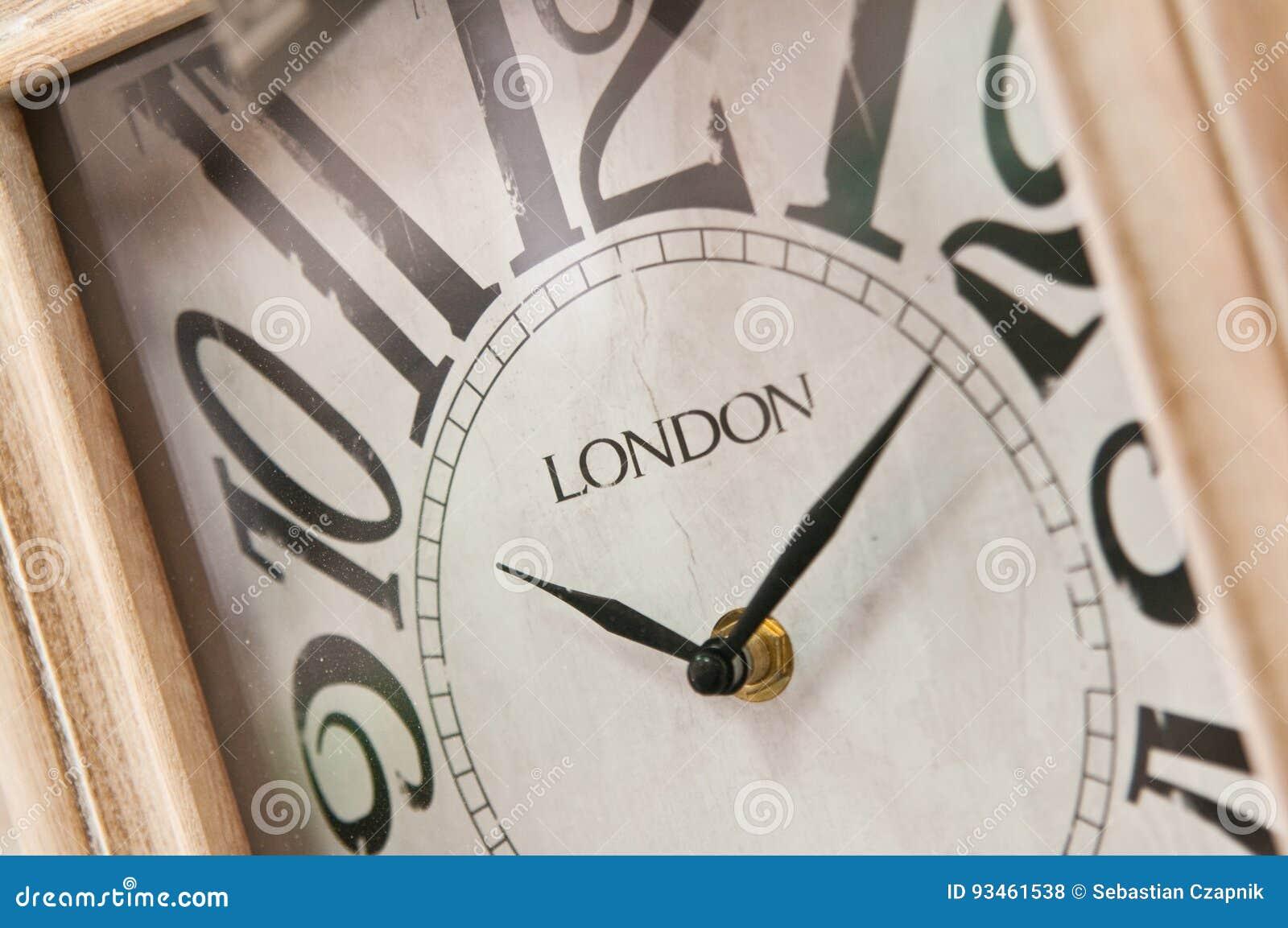 Деревянное clockface с надписью Лондона