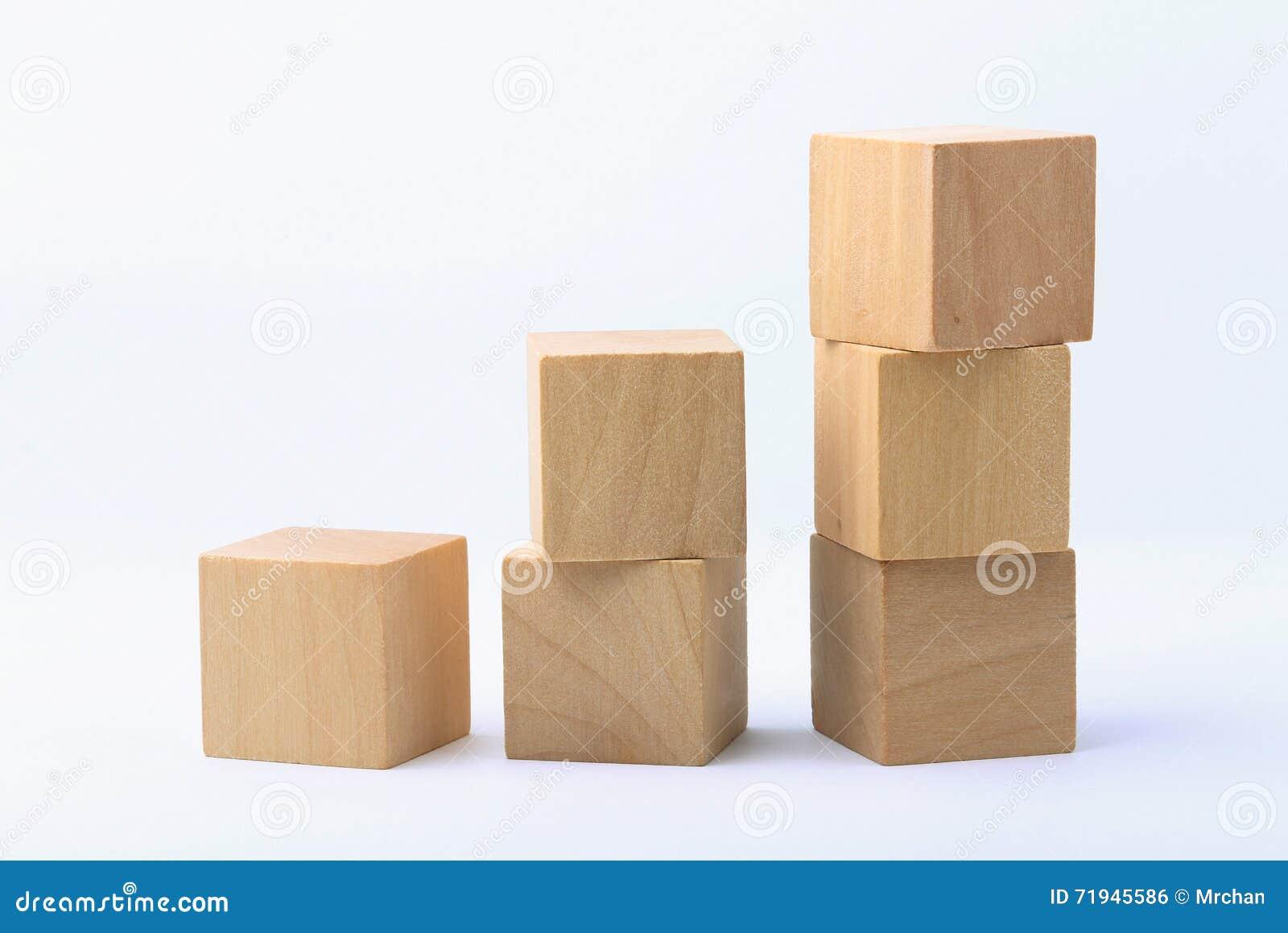 Деревянные блоки на белой предпосылке