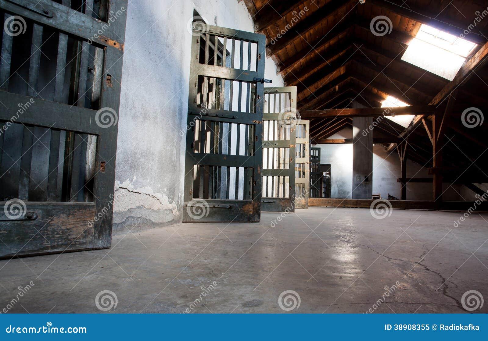 Деревянные двери тюрьмы
