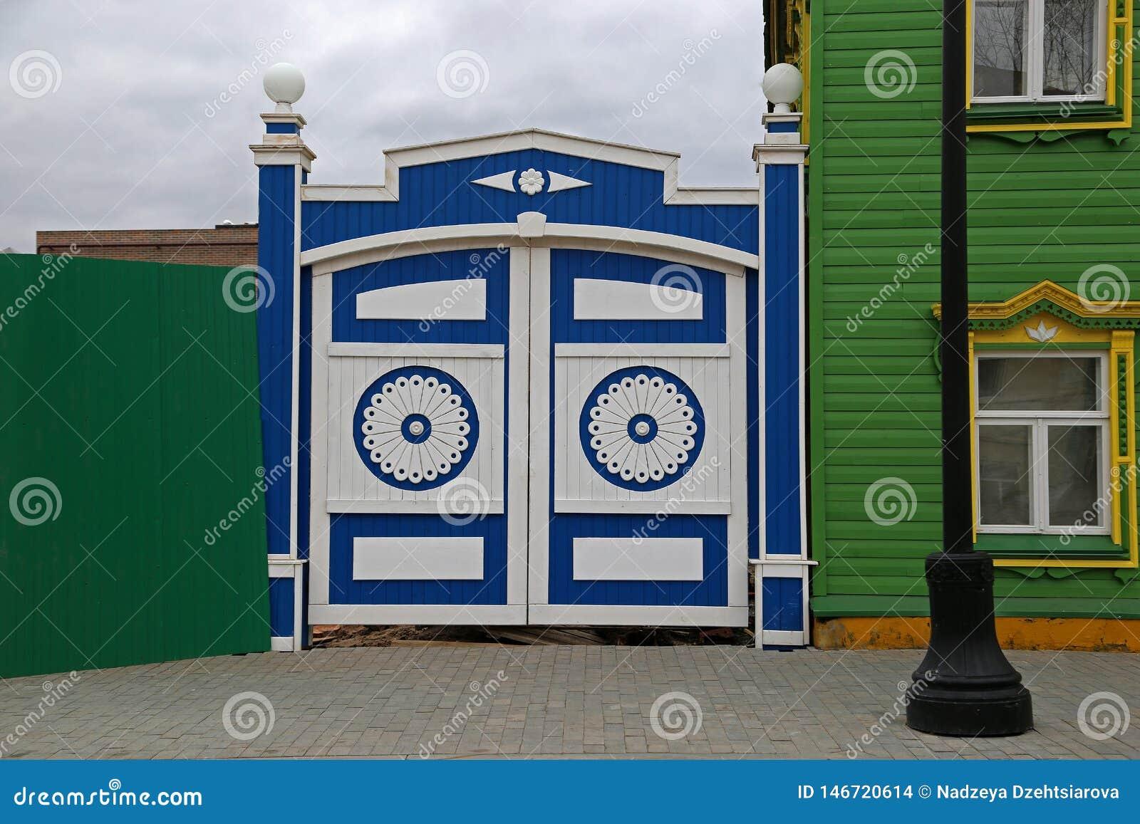 Деревянные ворота с высекаенными декоративными элементами