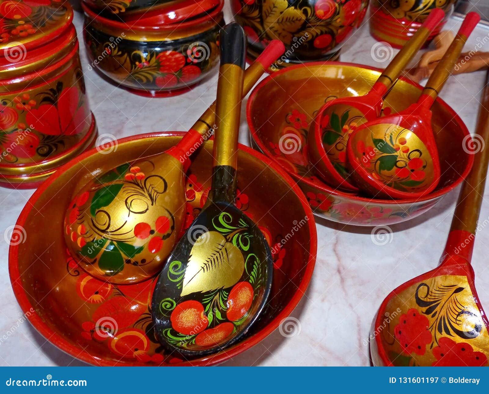 Деревянные ложки и tableware кухни closeup Khokhloma - старое русское фольклорное столетие ремесла XVII
