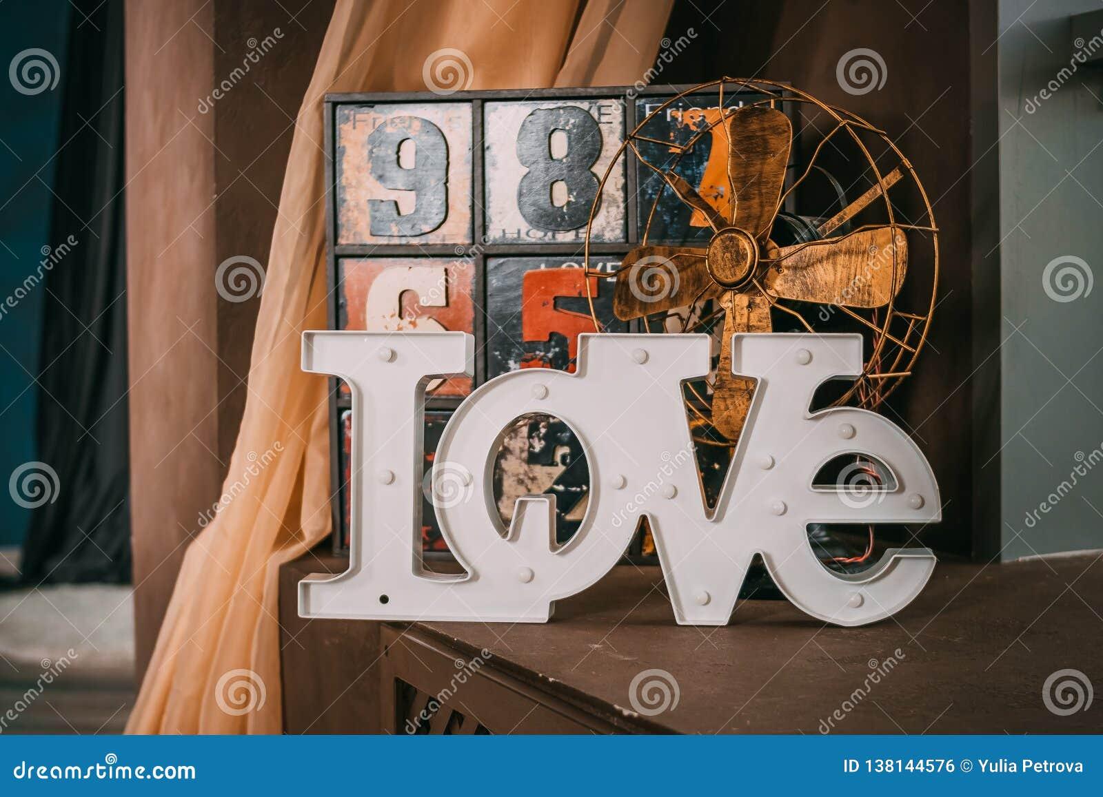 Деревянные письма формируя слово ЛЮБЯТ написанный на деревянной предпосылке St День ` s Валентайн старый смешной декоративный дре