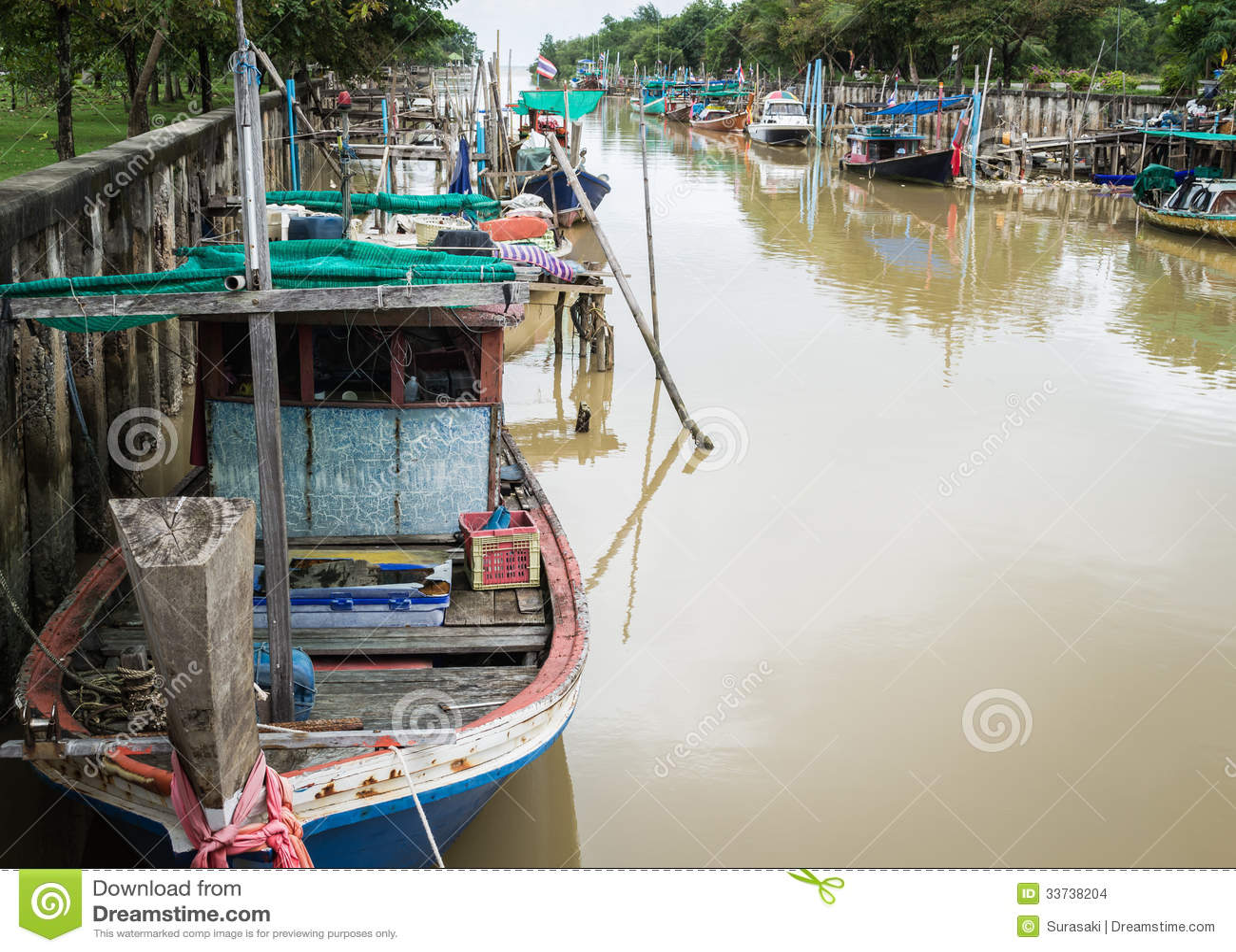 Деревянные рыбацкие лодки в канале