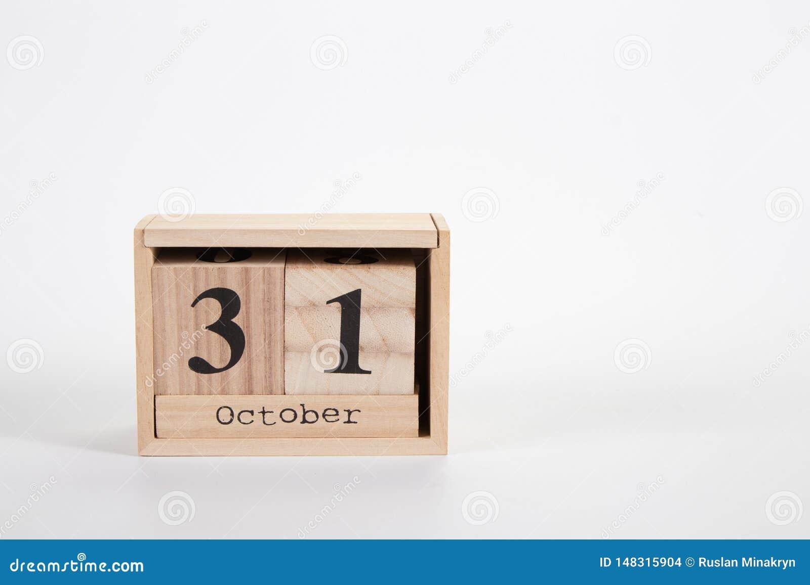 Деревянный календарь 31-ое октября на белой предпосылке