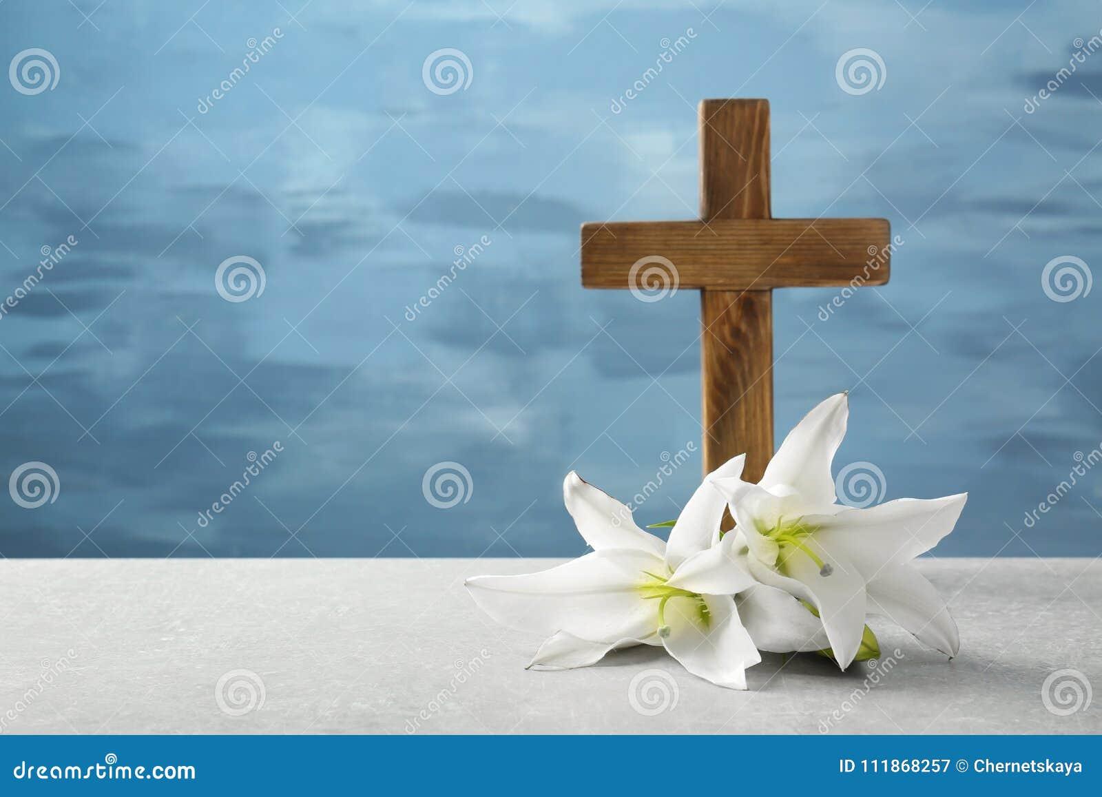 деревянный крест и белая лилия стоковое изображение