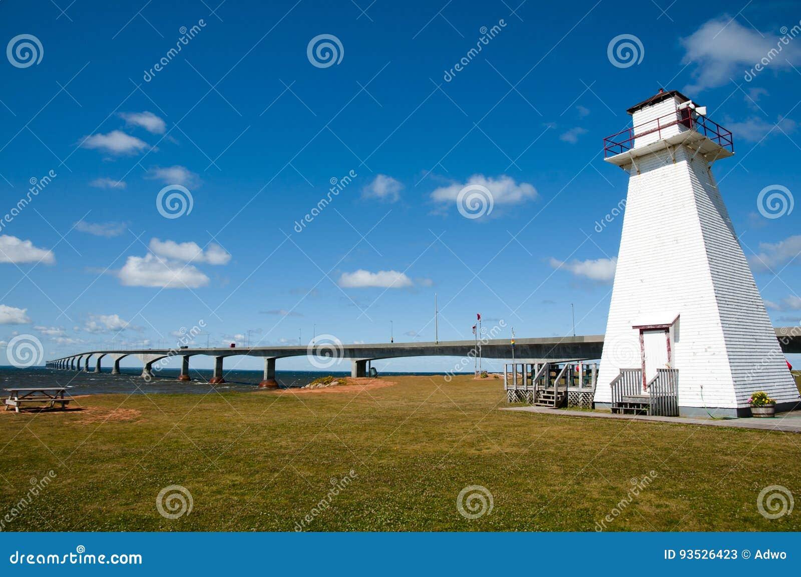 Деревянный маяк в морском парке рельса - Острове Принца Эдуарда - Канаде