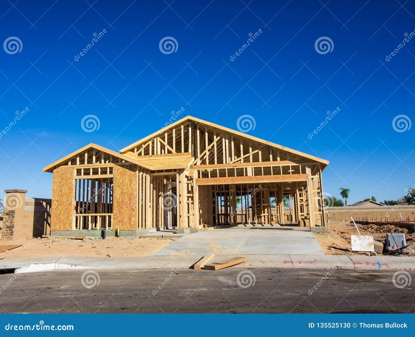 Деревянный обрамлять на новой домашней конструкции