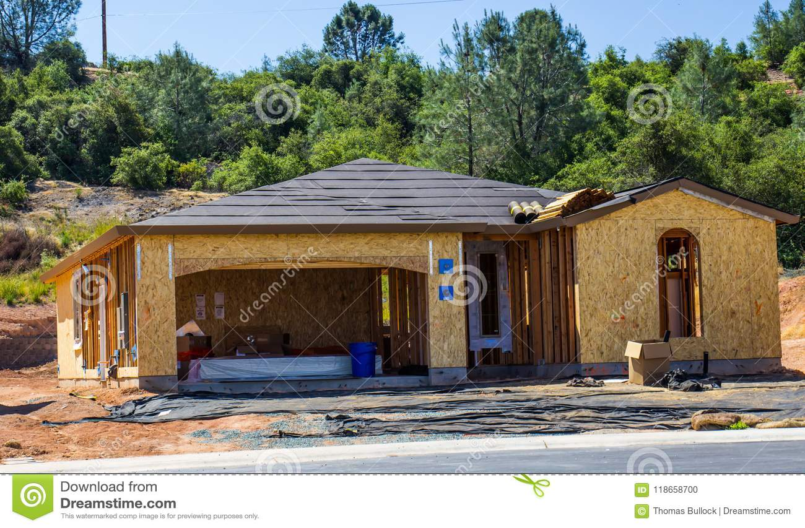 Деревянный обрамлять нового дома под конструкцией