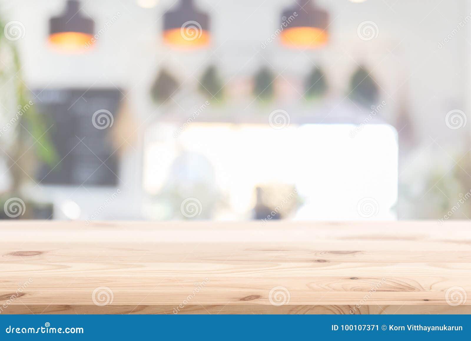 Деревянный передний план таблицы с предпосылкой кухни кафа дома нерезкости