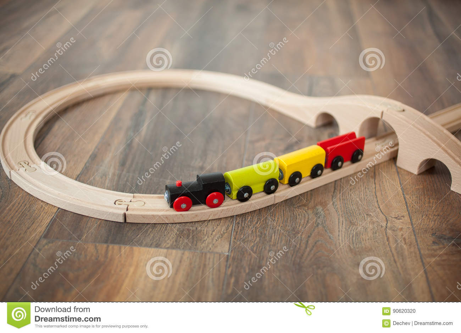 Деревянный поезд игрушки на железной дороге с деревянным мостом Очистите прокатанный пол