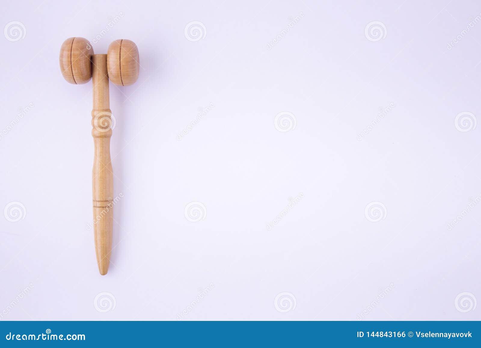 Деревянный ролик для стороны для косметического массажа - забота кожи для женщин, тереть масел и сливк на белой предпосылке r