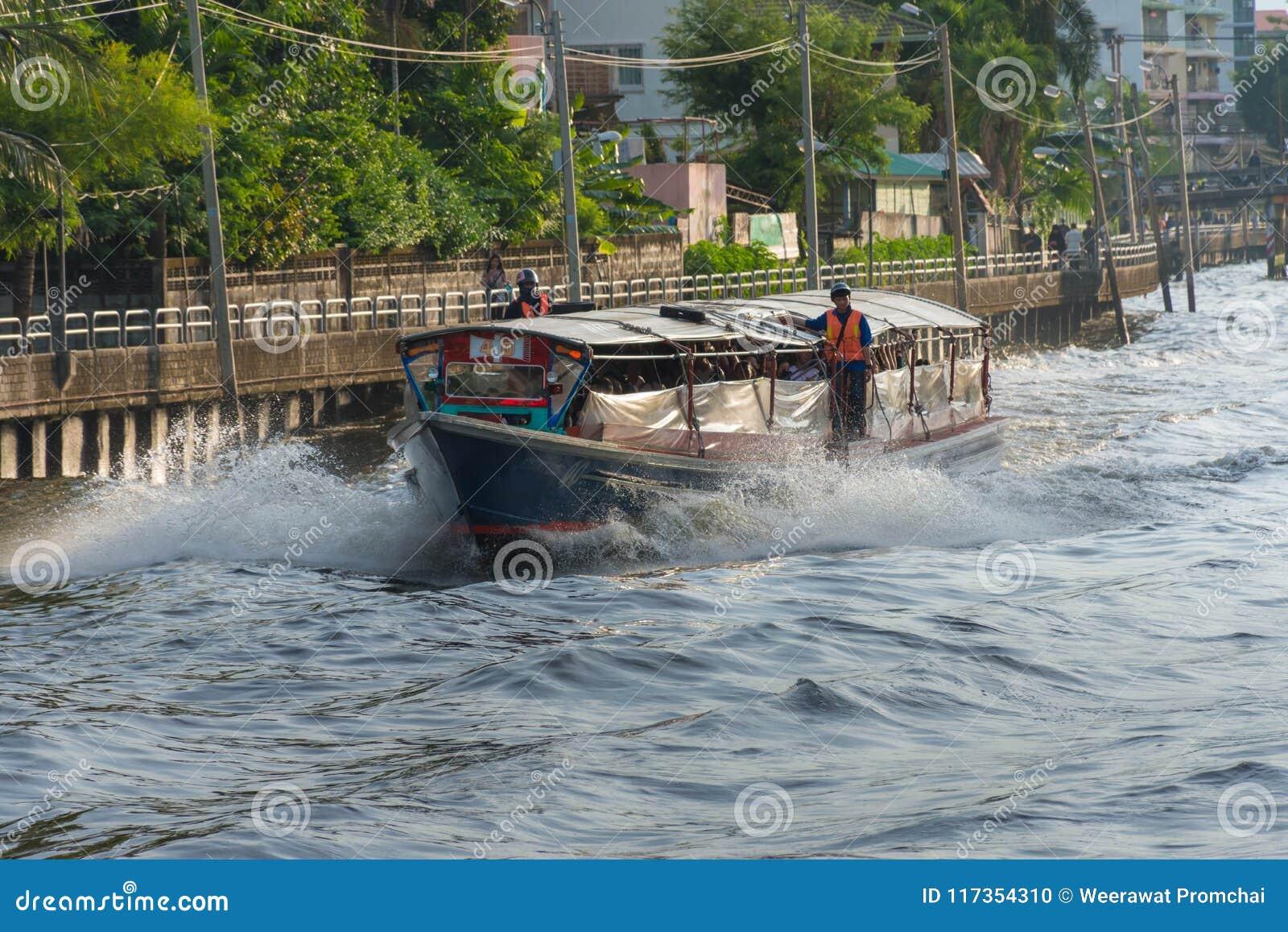 Деревянный старый паром бежать через канал