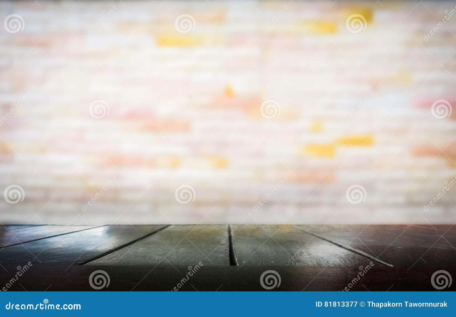 Деревянный стол с запачканный стены цемента