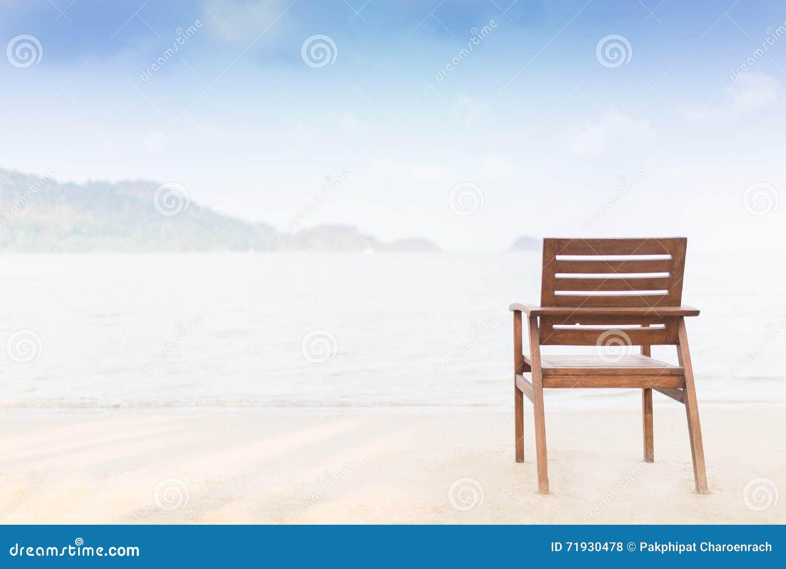 Деревянный стул на пляже в утре - Селективный фокус на a