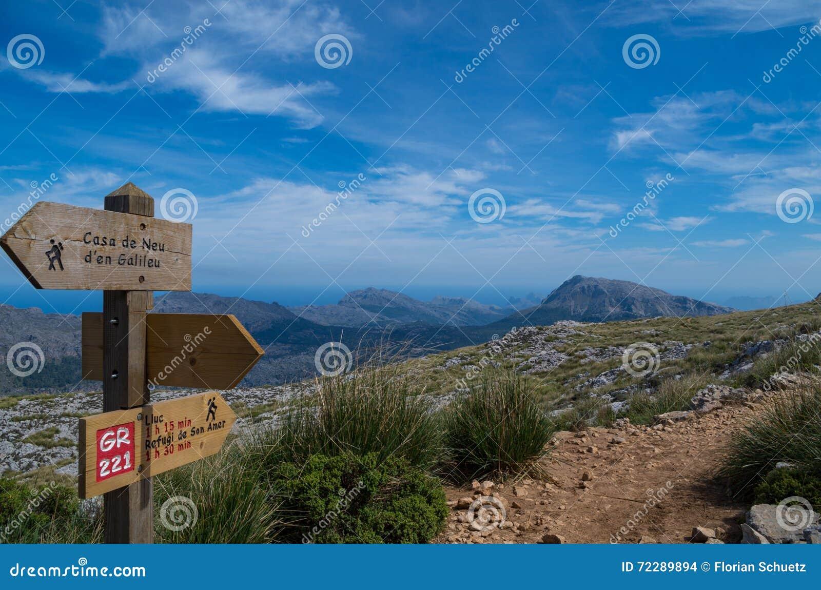 Download Деревянный указатель для Hikers в Мальорке вдоль GR 221 Стоковое Фото - изображение насчитывающей утесы, панорамно: 72289894