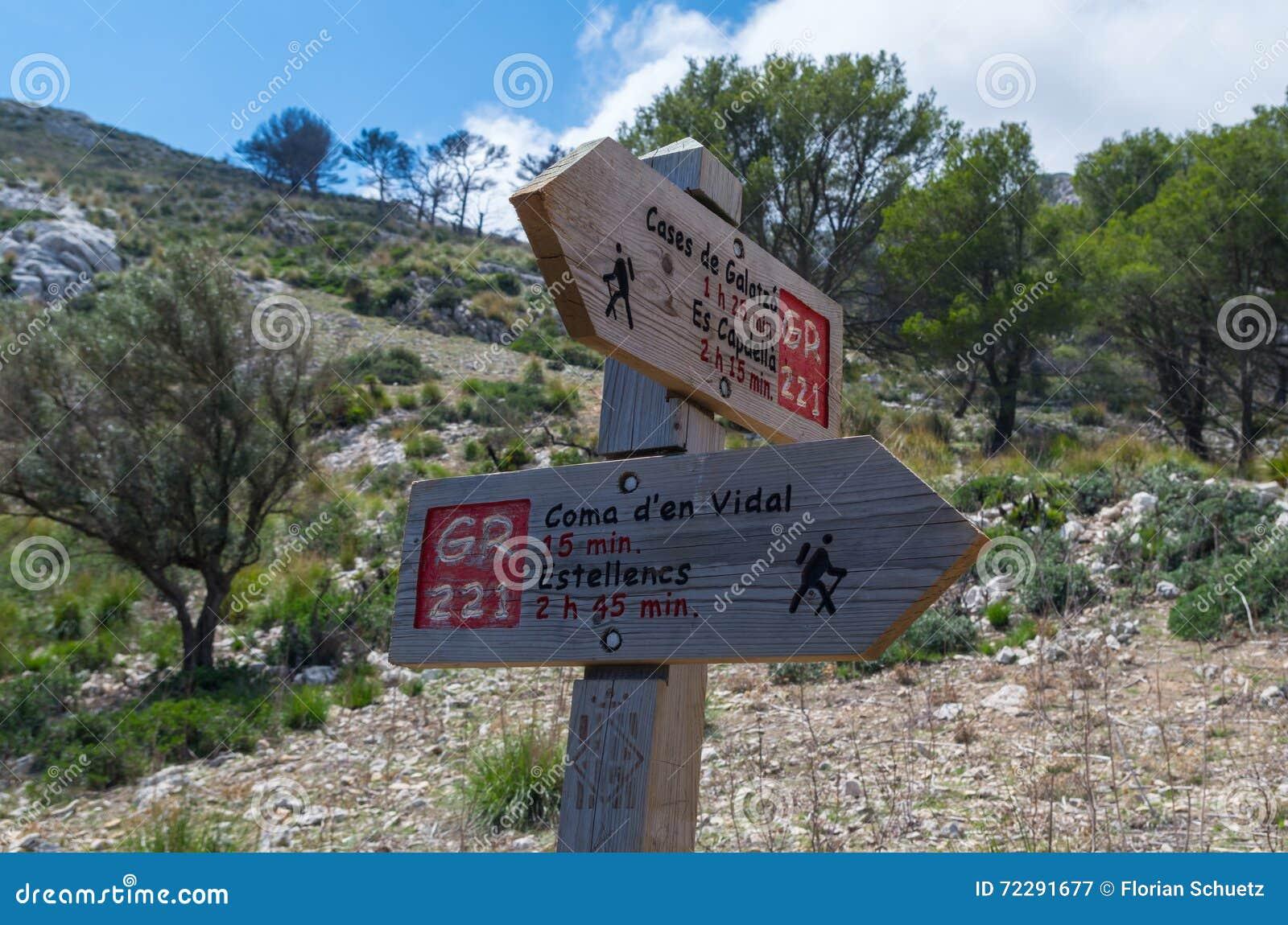 Download Деревянный указатель для Hikers в Мальорке вдоль GR 221 Стоковое Изображение - изображение насчитывающей adventurousness, небо: 72291677