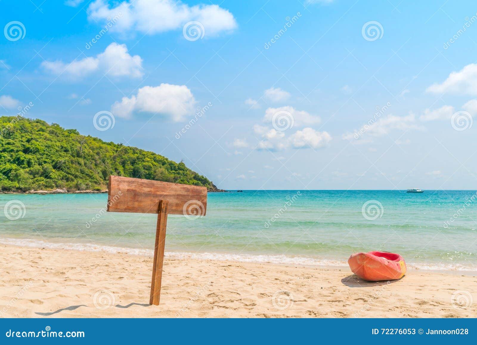 Download Деревянный Signboard на тропическом пляже Стоковое Изображение - изображение насчитывающей лучи, индикация: 72276053