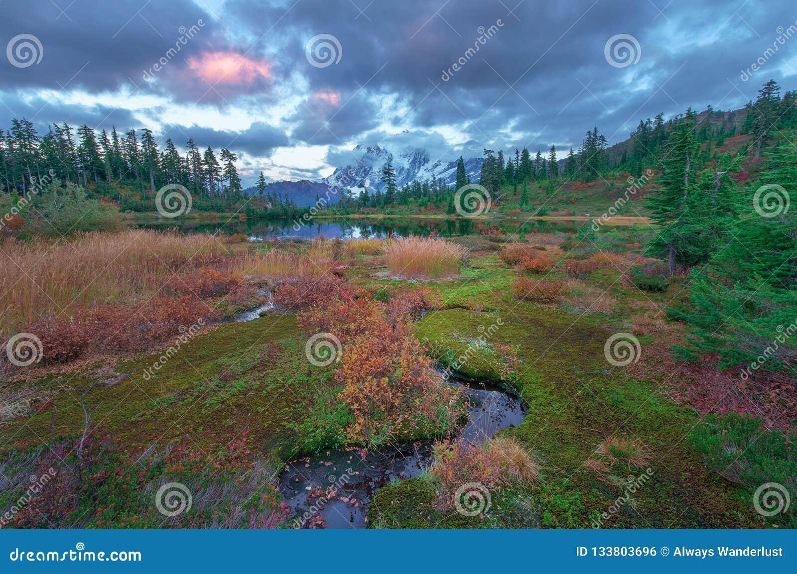 Держатель Shuksan и озеро изображени в глуши хлебопека