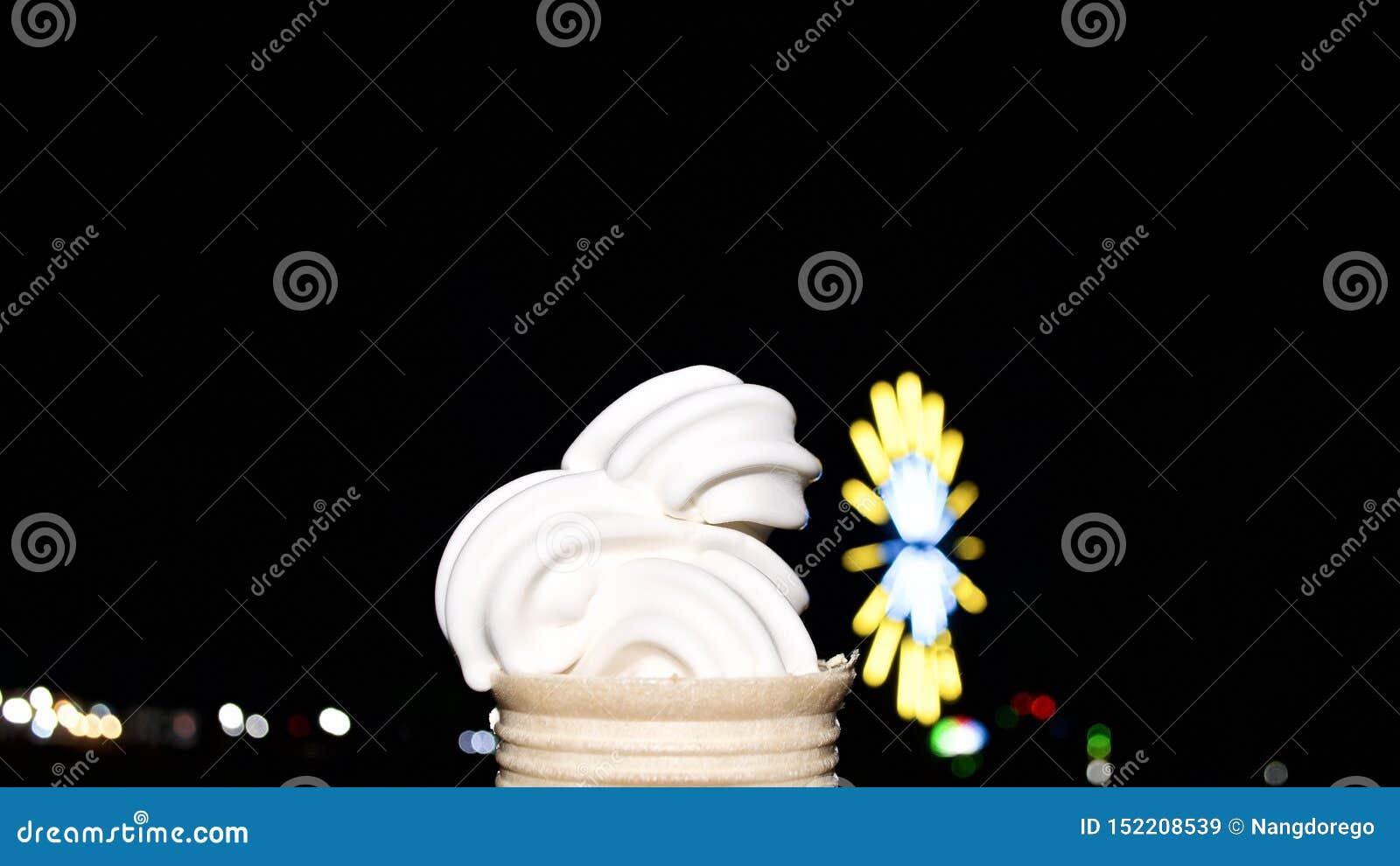 Десерт конуса ванильного мороженого в темной ночи