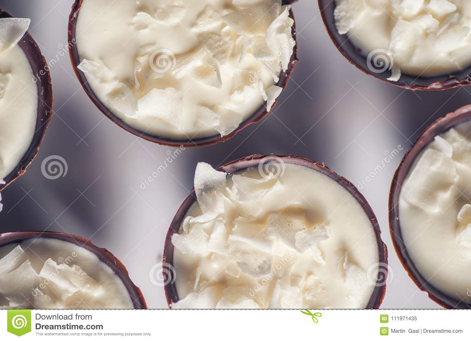 Десерт шоколада сладостный заполняя с сливк кокоса и лепестками кокоса на верхней части, patisserie фотографии продукта fot