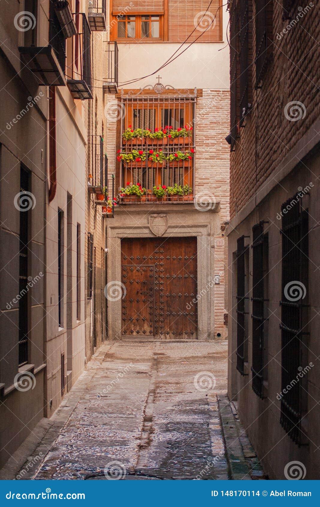 Детали красивых улиц и фасадов города Toledo, Испании