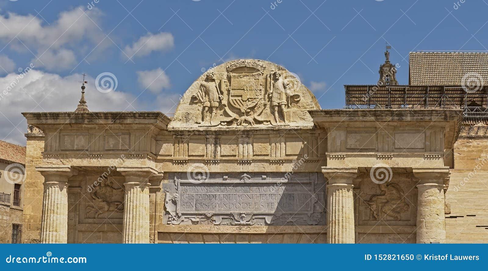 Деталь архитектуры римских ворот моста в Cordoba, Andalussia, боли