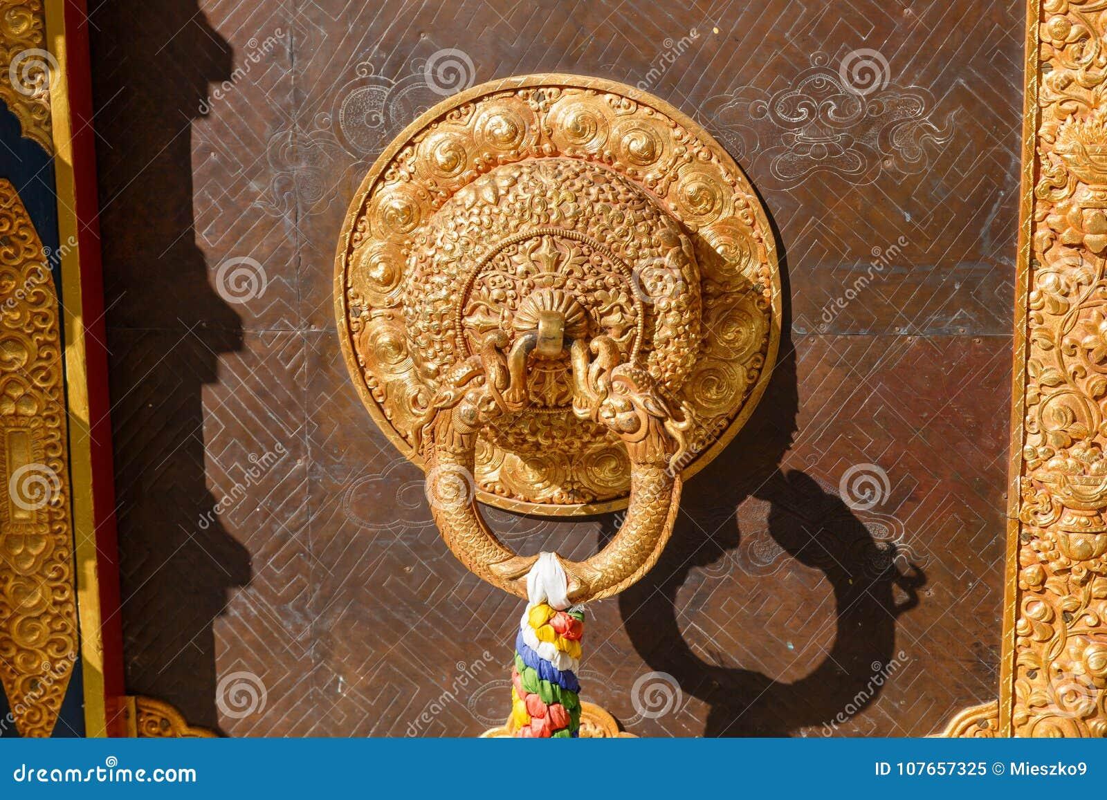 Деталь двери буддийского монастыря в Непале