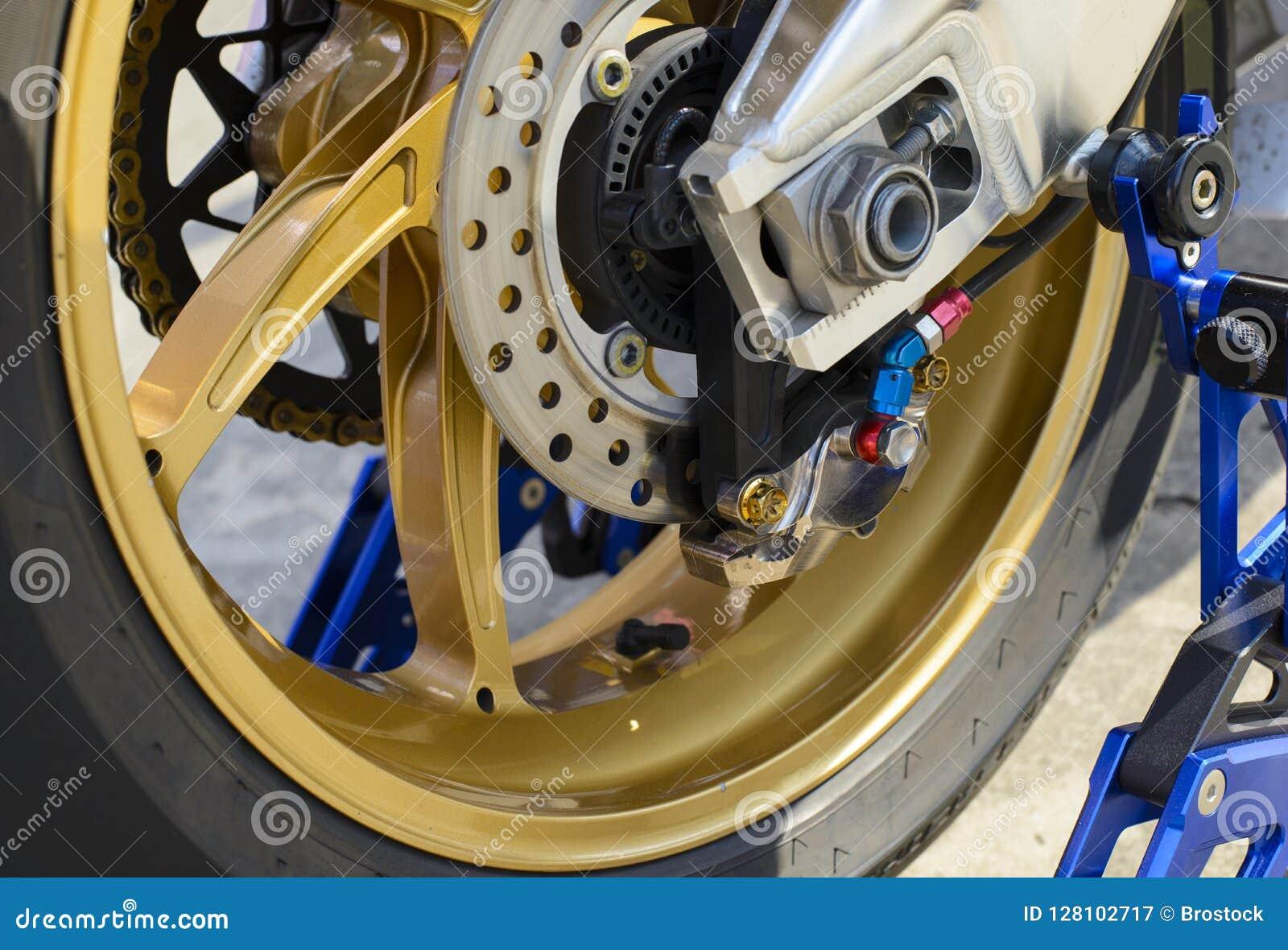Деталь крупного плана колеса и тормозной шайбы мотоцикла гонки заднего