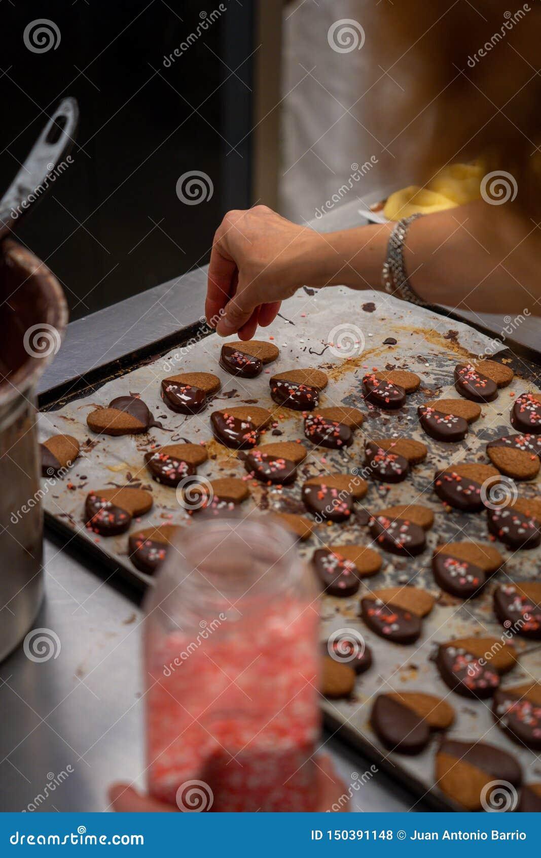 Деталь макаронных изделий чая, с шоколадом и украшением покрашенных сердец сахара