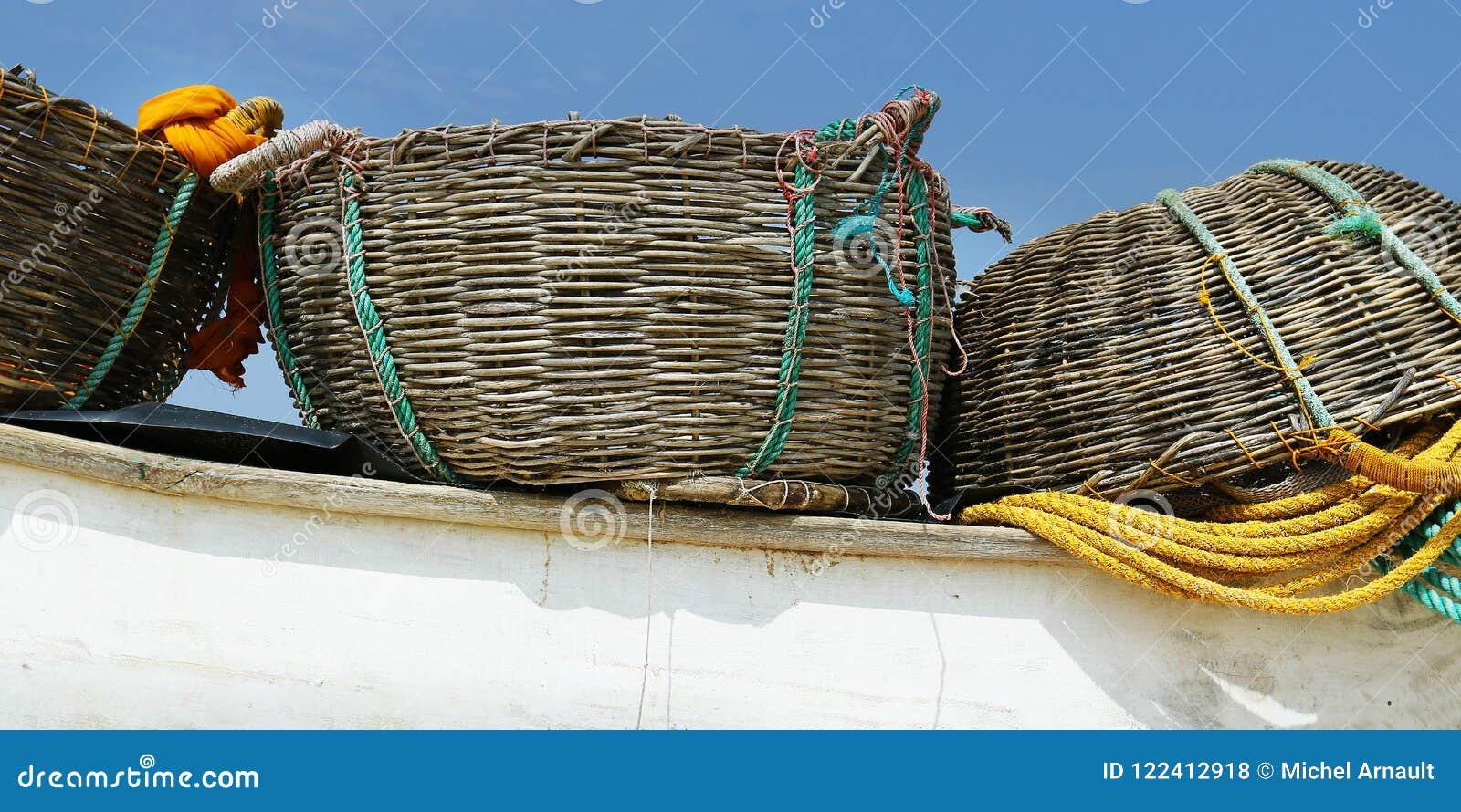 Деталь шлюпки рыболова, с сетью и корзиной
