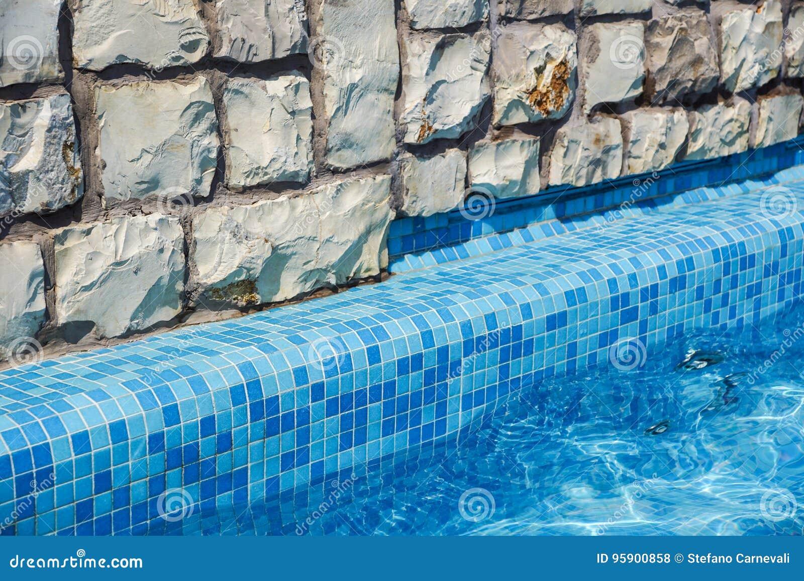Скрытая карьера бассейне