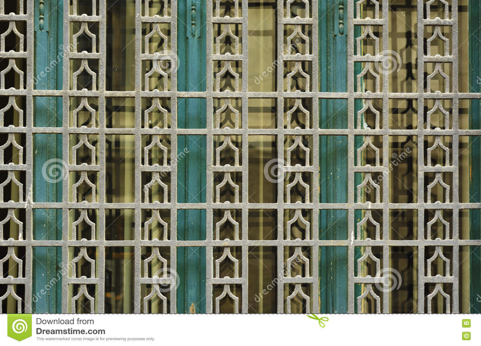 Деталь старого окна с художнической геометрической картиной