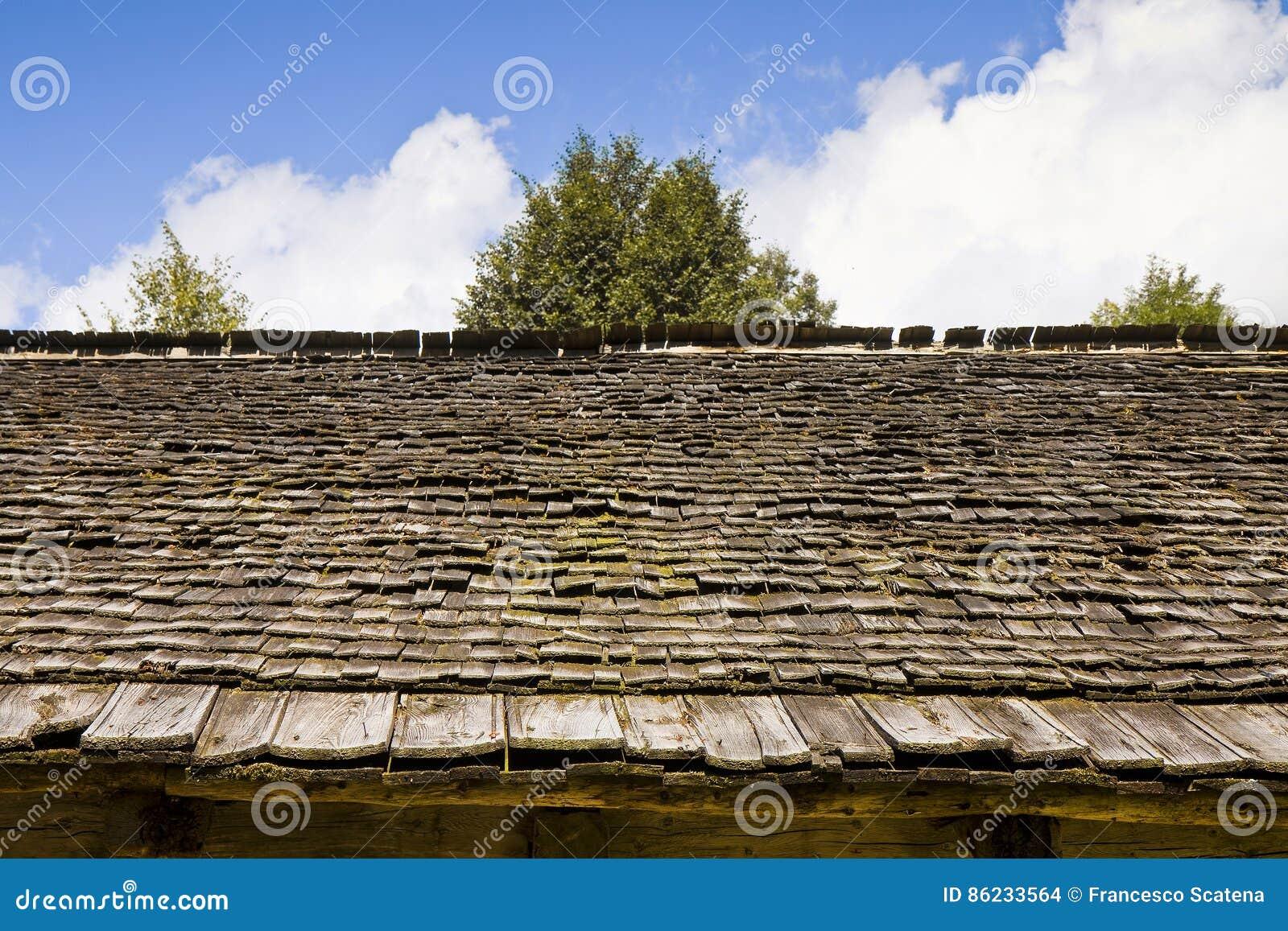 Деталь старой крыши с деревянными гонт