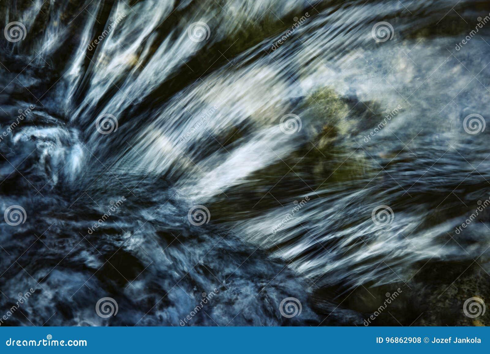 Деталь темной пульсации на реке